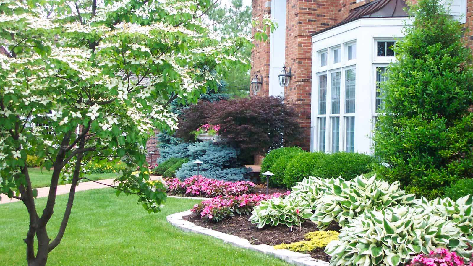Residential landscape maintenance for st louis homes for Residential pictures